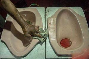 باورنکردنی و عجیب از سرو غذا در کاسه توالت (عکس)
