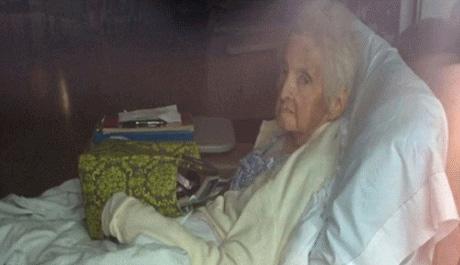 جا ماندن مادربزرگ 86 ساله در اتاق دیالیز (عکس)