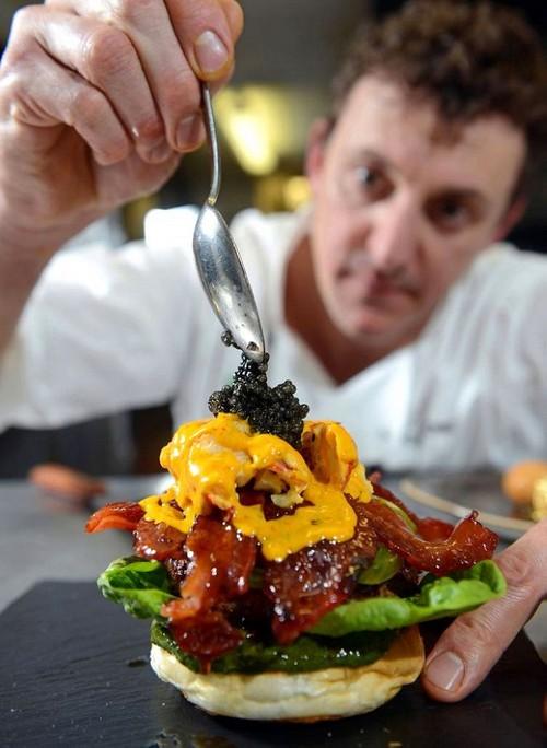 عکس هایی از گرانترین ساندویچ همبگر جهان با روکش طلا