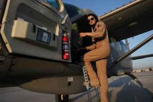 با زیباترین زن خلبان در افغانستان آشنا شوید (عکس)