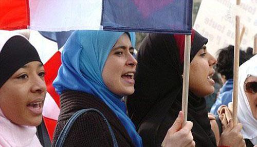 جنجال لباس شنای زنان مسلمان در فرانسه (عکس)