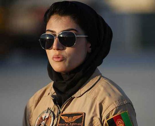 زیباترین و نخستین زن خلبان در افغانستان +عکس