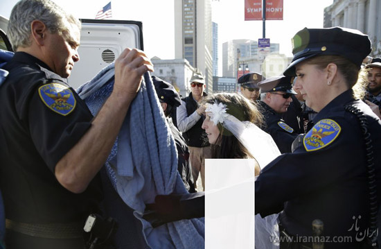 دستگیری عروس و داماد برهنه در خیابان (عکس)
