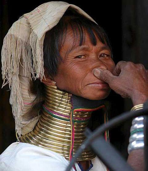 با زنان عجیب و گردن زرافه ای آشنا شوید (عکس)