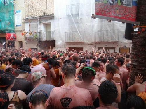 جشنواره جنگ با گوجه فرنگی در شهر بانیول (عکس)