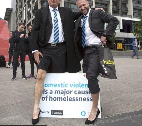 حمایت جالب مردان از زنان با پوشیدن کفش پاشنه بلند (عکس)