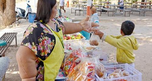 سوژه شدن این زن بخاطر فرم دست هایش (عکس)  سوژه شدن این زن بخاطر فرم دست هایش (عکس) 147291337491954 irannaz com