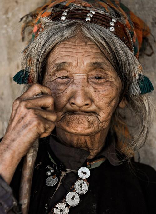 این قبیله ی عجیب در حال نابودی است (عکس)