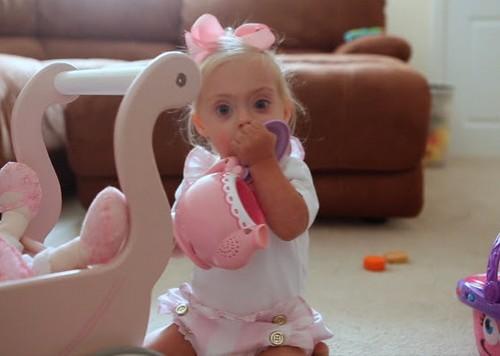 این دختر 23 ماهه بیمار یک مدلینگ پر در آمد است (عکس)