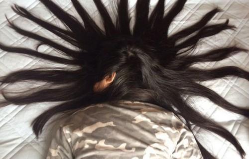 خلاقیت جالب این دختر با موهای خواهرش (عکس)