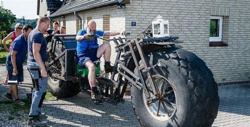 رکاب زدن این دوچرخه یک تنی توسط این مرد میانسال (عکس)
