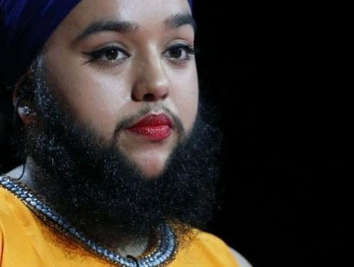 دختر زیبا با ریش های 15 سانتی (عکس)