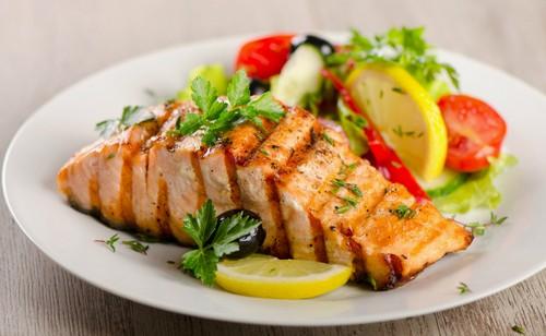 طرز تهیه سالمون کبابی با پیازچه