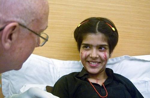 این دخترک به جای اشک خون می گرید (عکس)