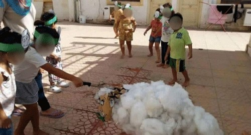 جنجالی شدن آموزش سر بریدن در مهدکودک (عکس)