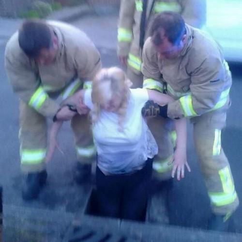 عکس هایی از گیر کردن دختر دانشجو در چاه فاضلاب