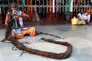 این مرد عجیب با موهای 5 متری اش همه را شوکه کرد (عکس)