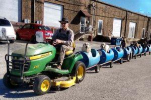 این مرد برای تفریح سگ هایش قطار ساخت (عکس)