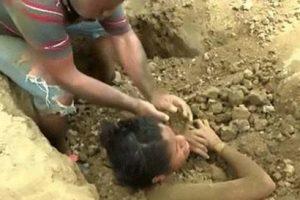 دفن این دختر در زیر خاک بعد از برخورد صاعقه به او (عکس)