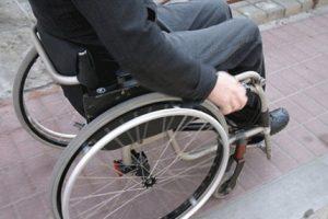 اشتباه پزشک این مرد را ویلچر نشین کرد (عکس)