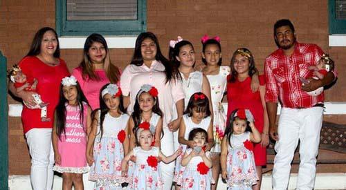 این خانواده در طول 15 سال زندگی دارای 14 فرزند هستند (عکس)