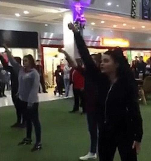 خواستگاری رمانتیک این مرد عاشق در مرکز خرید (عکس)