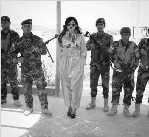 مبارزه ی دختر کرد با کفش های پاشنه بلند در میدان جنگ (عکس)