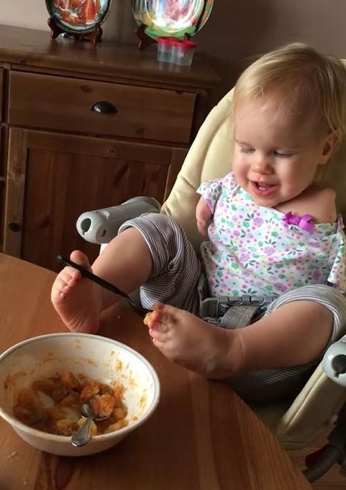 غذا خوردن این دختربچه همه را شوکه کرد (عکس)