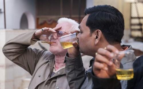 چندش آورترین روش درمانی به سبک هندی ها (عکس)
