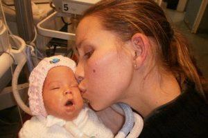 زنده شدن این نوزاد در آغوش مادرش (عکس)
