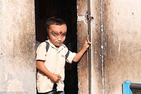 کودک 6 ساله عجیبی که در هند پرستش میشود +تصاویر