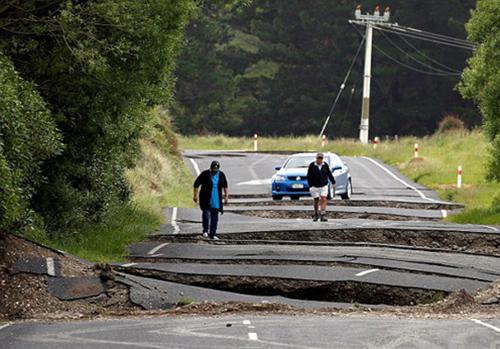 زنده بیرون کشیدن پیرزن 100 ساله از زیر آوار زلزله +تصاویر