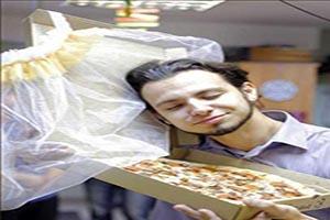 این مرد جوان با پیتزا ازدواج کرد + تصاویر