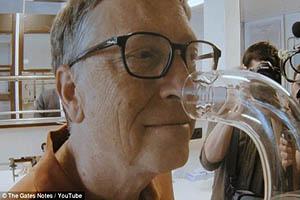 رونمایی بیل گیتس از عطری که بوی گند را از بین میبرد