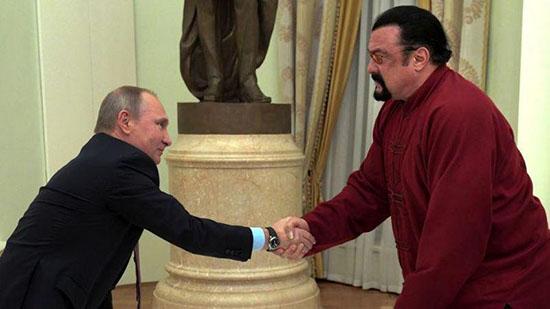 اهدای گذرنامه روسی از جانب پوتین به بازیگر هالیوود +تصاویر