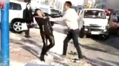 تازه داماد پدر و مادرش را در خیابان کتک زد +فیلم و عکس