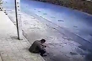 مرد کارتن خواب ایرانی از شدت گرسنگی کلاغ مرده خورد +فیلم