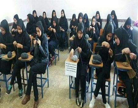 دختران دبیرستانی برای مدافعان حرم شال بافتند
