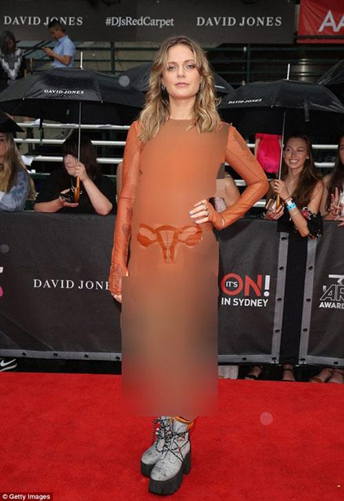 عکس اندام جنسی زنانه روی لباس خواننده زن مشهور +تصاویر