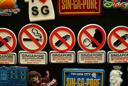 دلیل ممنوعیت قانونی آدامس جویدن در سنگاپور