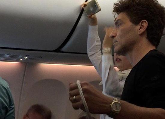 فداکاری خواننده مشهور هنگام پرواز خارجی +عکس