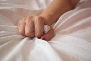زن جوان از شدت لذت جنسی و شهوت بالا مرد