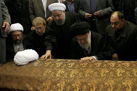 فیلم گریه و نماز رهبر بر پیکر آیت الله هاشمی +تصاویر