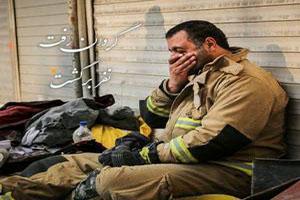 احترام نظامی مامور پلیس به پیکر آتش نشان پلاسکو +عکس