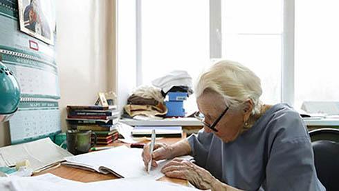 پیرترین جراح دنیا با 89 سال سن در اتاق عمل (عکس)