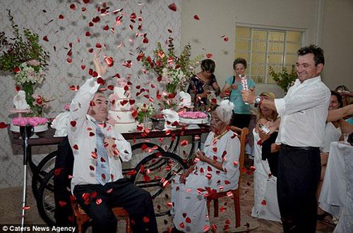 ازدواج پیرزن 106 ساله با مردی چهل سال کوچکتر (تصاویر)