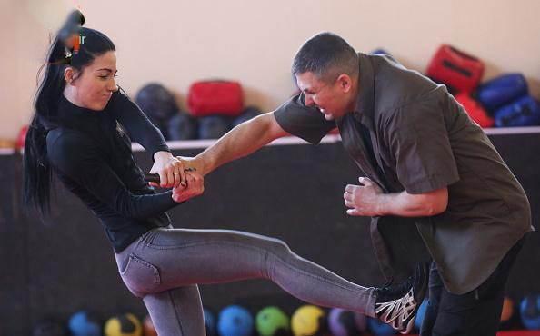 این دختر جذاب مربی مردان رزمی کار است (تصاویر)