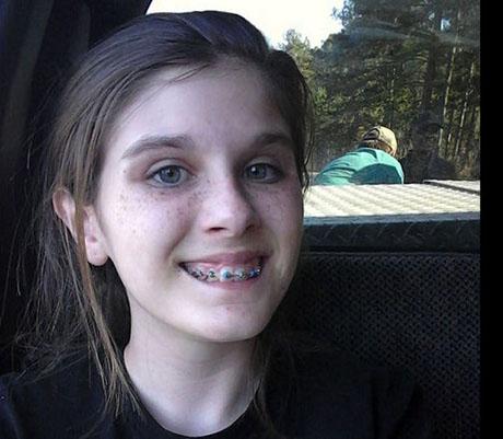 عکس سلفی دختری با یک شبح خندان (عکس)