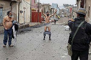 لخت شدن مردم برای اثبات داعشی نبودن (عکس)
