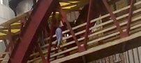 لحظه خودکشی زن تبریزی روی پل عابر پیاده (عکس و فیلم)